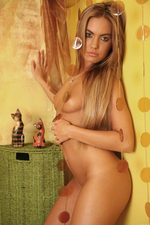 Домашняя эротика страстной блондинки в атласном белье