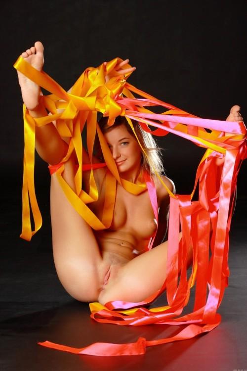 Откровенные фото голой девушки с шелковыми лентами