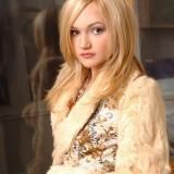 Эротичная блонди в дубленке на голое тело