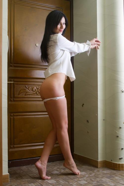Брюнетка в прихожей от скуки устроила стриптиз у зеркала