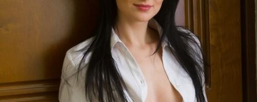 Сексуальная дама в прихожей от скуки устроила стриптиз у зеркала