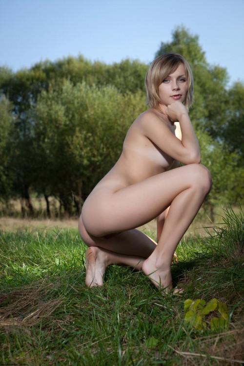 Лесная красавица обнажилась прямо на траве
