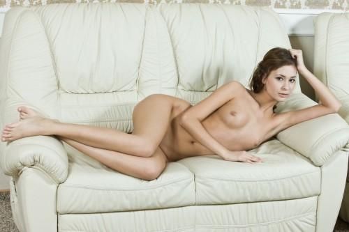Классическая эротика на кожаном белом диване