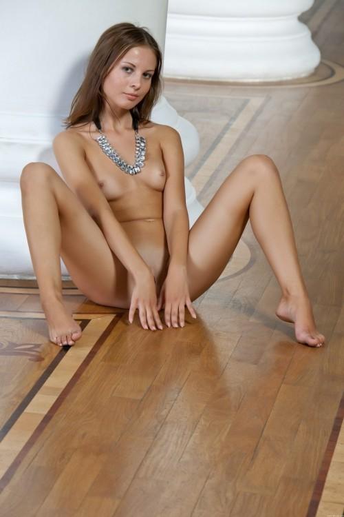 Холодная мраморная колонна и горячая голая девица
