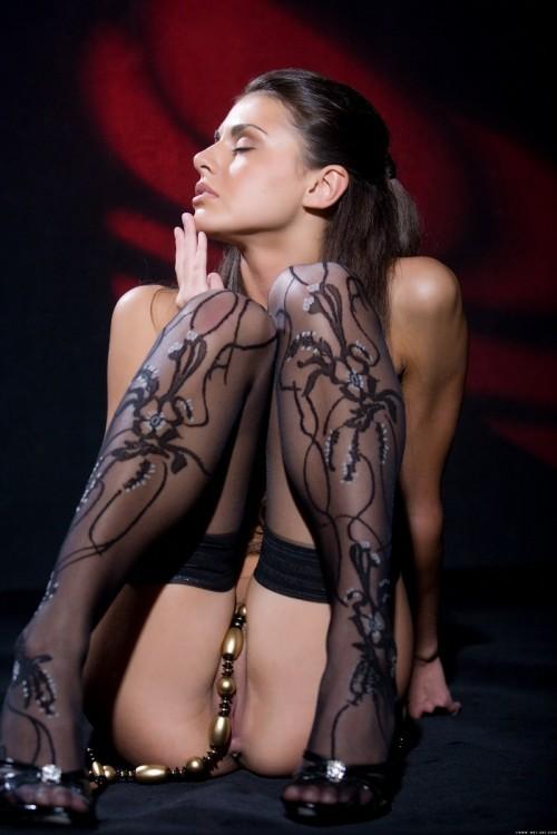 Очень красивая эротика в темноте с бусами