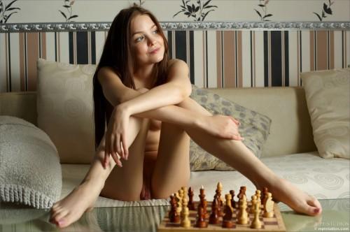 Голенькая телочка играет в шахматы на раздевание