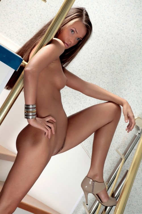 Повзрослевшая Лолита устроила стриптиз на ступеньках