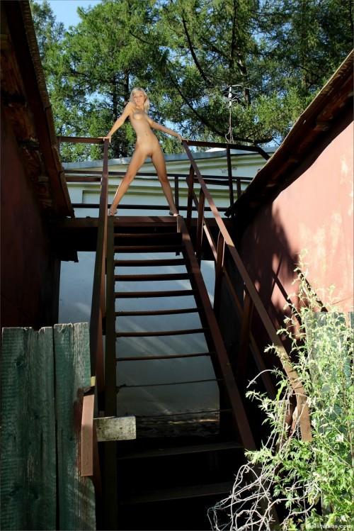 Эротические откровения блондинки на железной лестнице