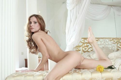 Девушка во дворце в ожидании принца полюбила свое тело