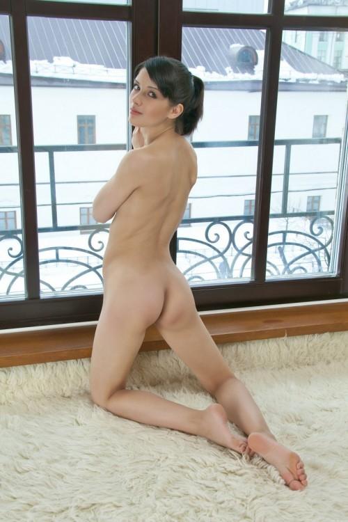 Девушка от скуки устроила эротическую фотосессию у окна
