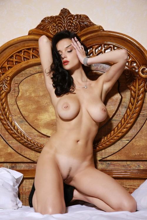 Элегантная секси брюнетка с пирсингом на больших сиськах