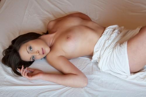 Голубоглазая мечтательница позволила сделать секси фото