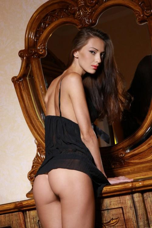 Красивая девушка на шикарной кровати в разных позах