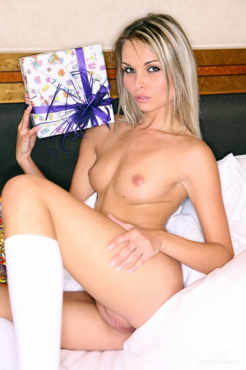 Именинница обнажается среди подарков прямо на постели