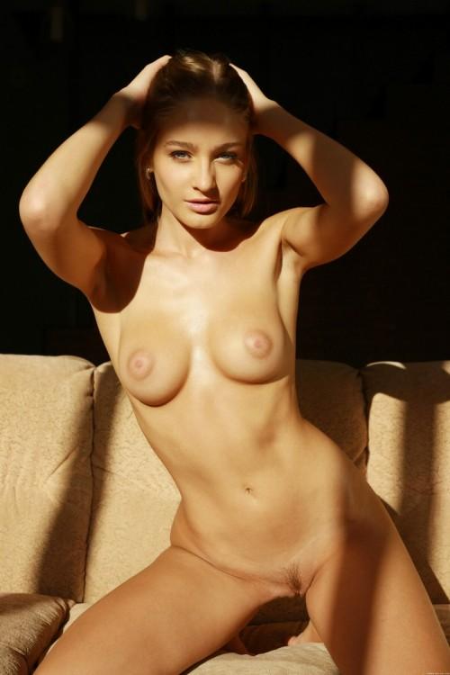 Откровенная фотосессия в лучах солнца со стройной девицей