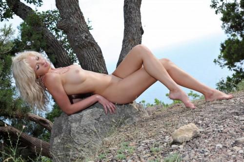 Лесная фея абсолютно обнажилась на природе