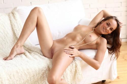 Возбуждающая эротичная шатенка с большим бюстом