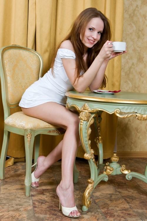 Скромница с большим клитором разгарячилась от чашки чая