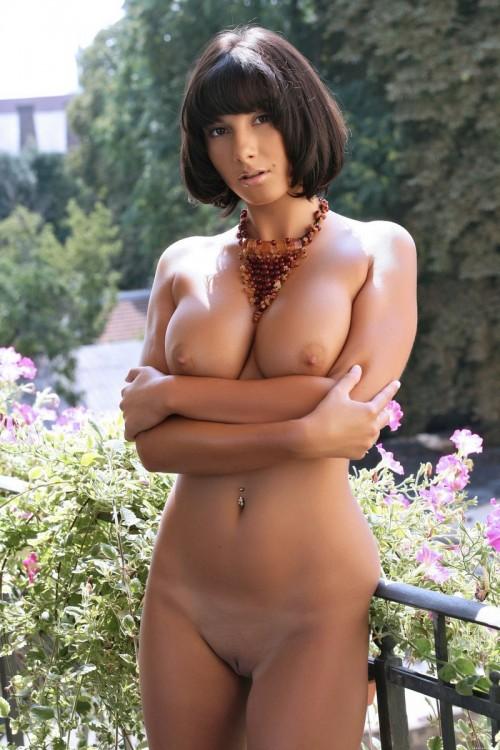 Брюнетка-мулатка с девственной киской и огромным бюстом