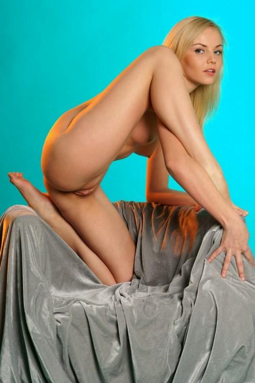 Секси-блондинка возбуждающе эротична в кресле