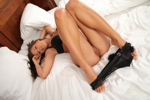 Красавица в черном белье на белой постели готова на все