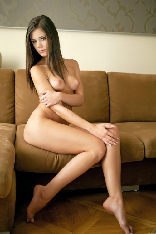 Юная брюнетка-соблазнительница показывает свое тело