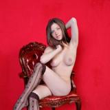 Пышногрудая красотка в старинном кресле голая