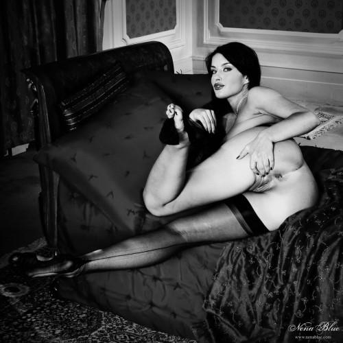 Черно-белая фотосессия с развратной брюнеткой в чулках