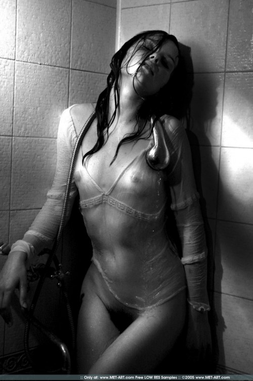 Юная прелестница устроила эротические игры с душем и водой