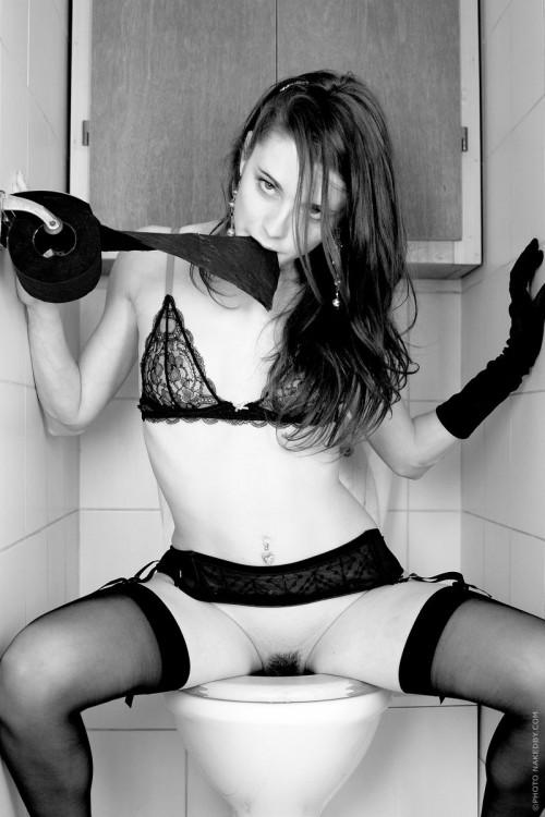 Умопомрачительный стриптиз девицы в туалете над унитазом