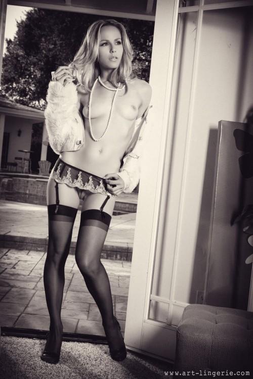 Черно-белые фото полуобнаженной девицы с красивой попкой