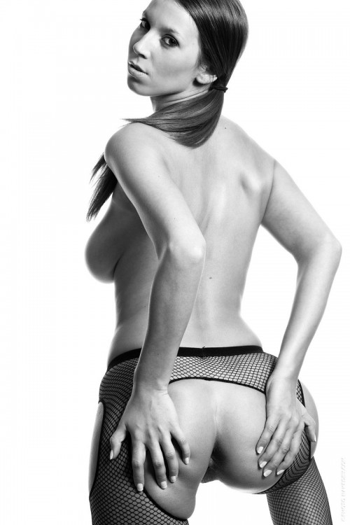 Госпожа с плеткой снимает лаковое черное платье