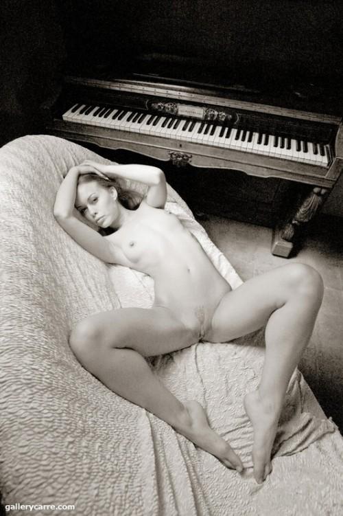 Музыка возбудила ее и заставила ласкать себя