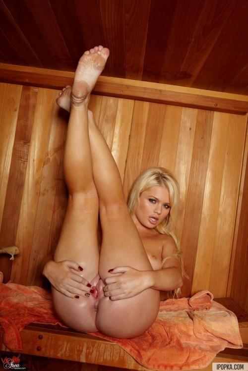Блондинка показывает в сауне крупным планом свои прелести
