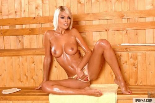 Яркая блондинка совсем разгарячилась в сауне