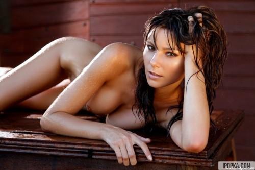 Шатенка устроила эротическую фотосессию на столе в сауне