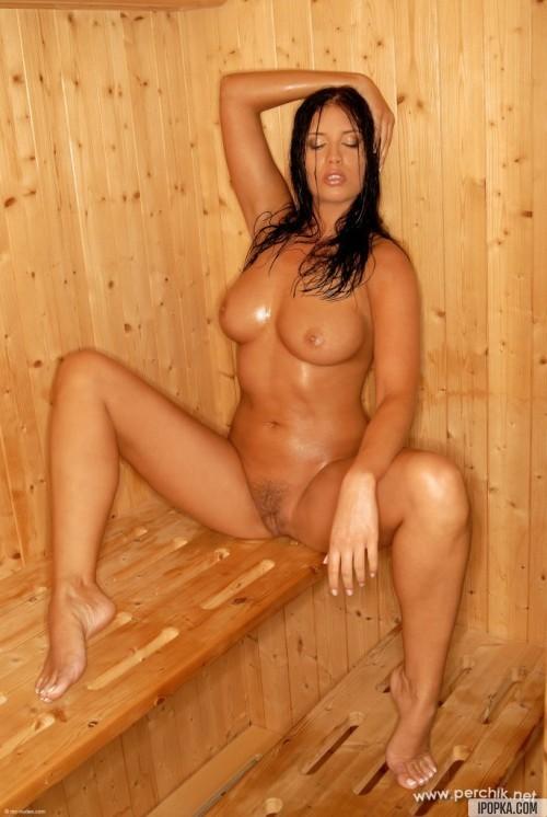 Женственная брюнетка с большим бюстом и попкой в сауне
