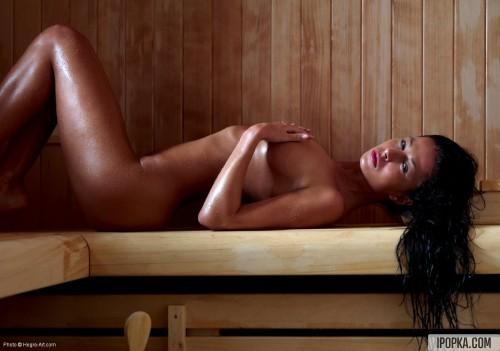 Брюнетка нежилась в жаркой сауне, поливая себя водой