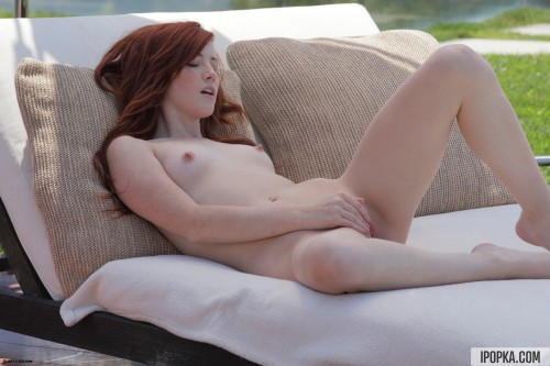 Натуральная рыженькая девица доводит себя до оргазма