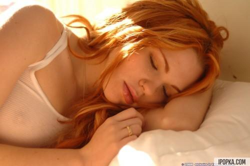 Рыжая спящая красавица проснулась от сильного возбуждения