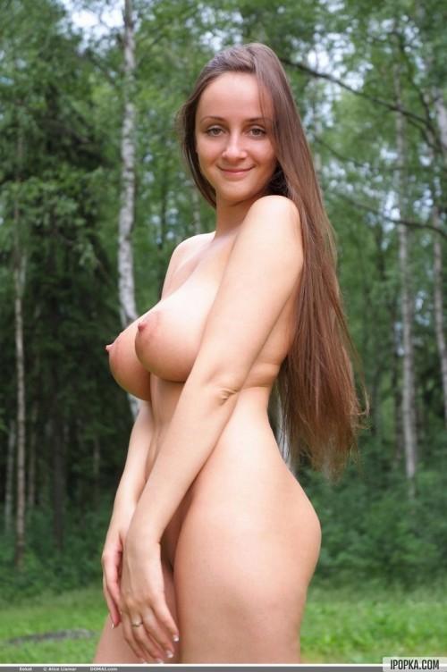 Русская красавица с большими сиськами разделась среди берез