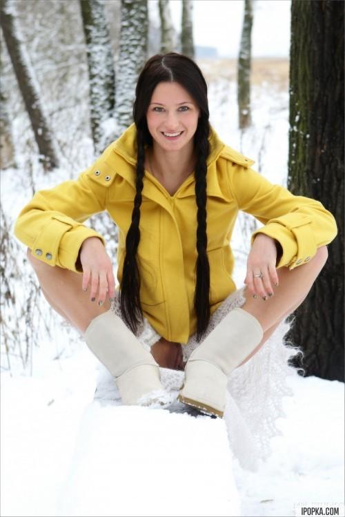 Экстремальная эротика брюнетки зимой на снегу и морозе