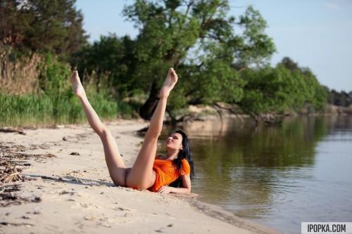 Яркая брюнетка разделась на берегу речки до гола