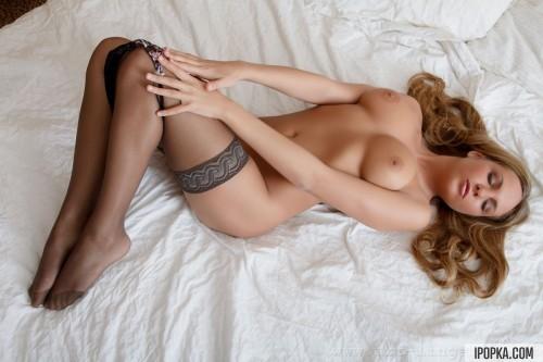 Соблазнительные откровенные позы блондинки в постели