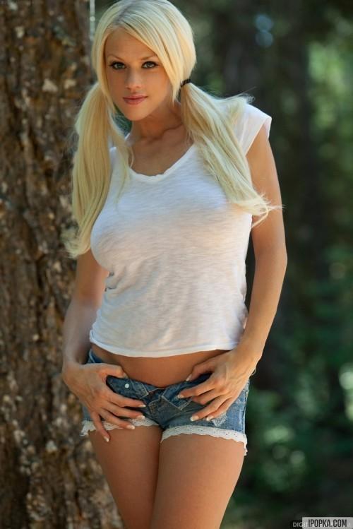 Эротика в лесу - блондинка с огромной грудью в мини-шортах