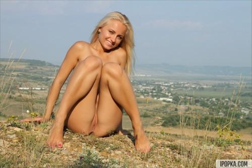 Жизнерадостная блондинка раздевается прямо на улице