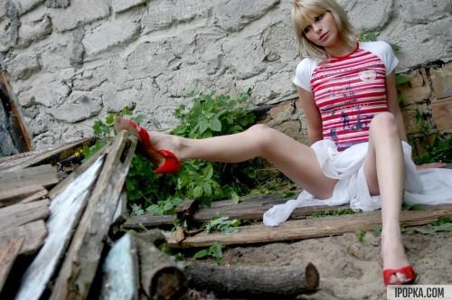 Она разделась донага в глубине сельского дворика