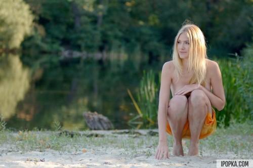 Селянка блондинка на берегу реки от скуки показывала киску
