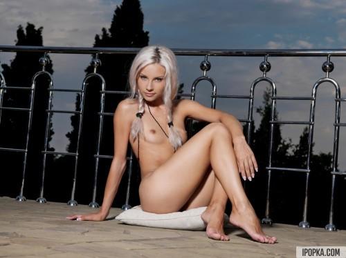 Платиновая блондинка устроила стриптиз на балконе отеля