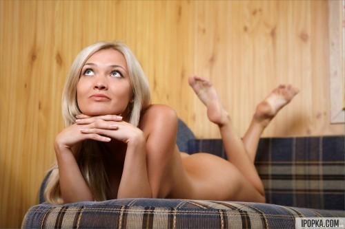 Девушка ласкает себя, изнемогая от желания